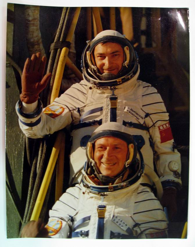 Autographed color crew photo signed on verso. SOYUZ 31.